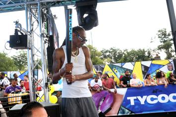 """Snoop Dogg Smokes Out A """"Police Officer"""" At 50 Cent's Tycoon Pool Party: Watch"""